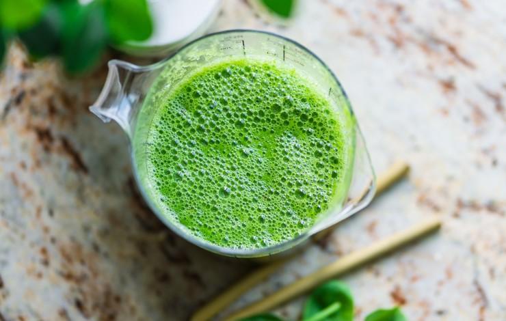 Ein grüner Smoothie am Tag hält dich fit und stark